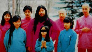 Arkivbild på kultledaren Shoko Ashara med bland annat sin hustru Tomoko (främre raden till vänster) och dottern Archery (i mitten).