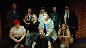Hamlet-ensemblen från Studentteatern i Åbo.