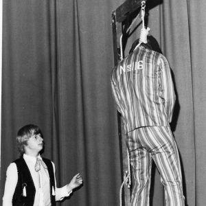 Aimo Leikas framför sitt hängningsnummer.