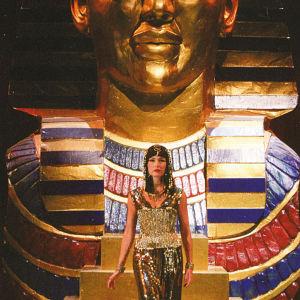 Kultaisen sfinksi patsaan edessä kultalameiseen kleopatran asuun pukeutunut Maria Lund musikaalissa Liz