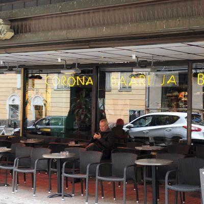 Rakennusmestarien talossa sijaitsevan Corona baarin terassi Helsingissä 23. lokakuuta 2018. Rakennusmestarien talo menee kokonaisuudessaan remonttiin ja rakennuksen kaikki vuokrasopimukset, mm. Coronan vuokrasopimus, on irtisanottu.