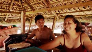 Yolanda med ett stort leende tillsammans med sin son jr. i Filippinerna