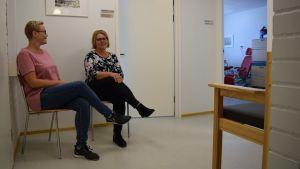 Två kvinnor sitter i ett väntrum i Dalsbruk nya närservicepunkt.
