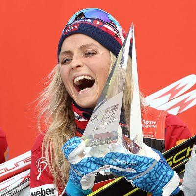 Therese Johaug skrattar.