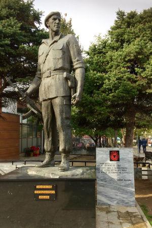 Staty över kosovoalbansk krigshjälte i staden Prizren.