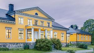 Ett stort gult hus, en herrgård.