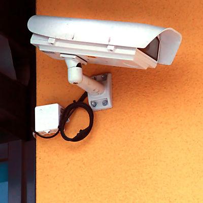 Övervakningskamera monterad på yttervägg.