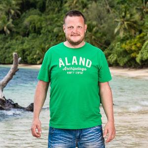 Micke Björklund i grön tröja med texten Åland.