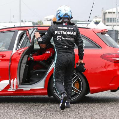 Valtteri Bottas vandrar mot ett öppet baksäte i en bil.