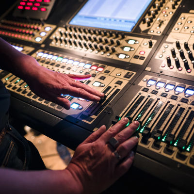 Kädet äänityslaittoistolla
