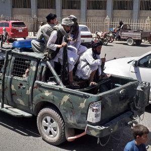 Taliban-taistelijoita autossa.