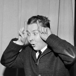 Näyttelijä Pentti Siimes vitsikkäänä kuunnelman äänityksissä.