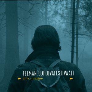 Reppuselkäinen hahmo takaapäin nähtynä sumuisessa metsässä. Teeman elokuvafestivaali 2019 -profiilikuva.