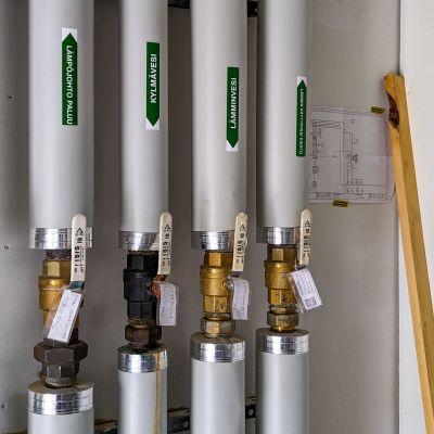 Erilaisia lämmitysputkia lämmönjakokeskuksessa.