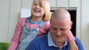 Krister Hjulfors skrattar med dotter och hund