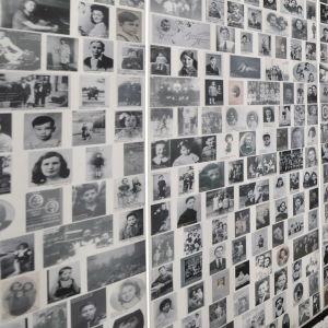 Väggar med bilder på judiska barn som deporterades från Frankrike och dödades av nazisterna.