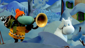 Hemulen blåser i trumpet medan Mumintrollet håller för öronen.