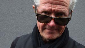 Pekka Ruuska aurinkolasit silmillään.