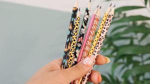 Blyertspennor i en kvinnohand.
