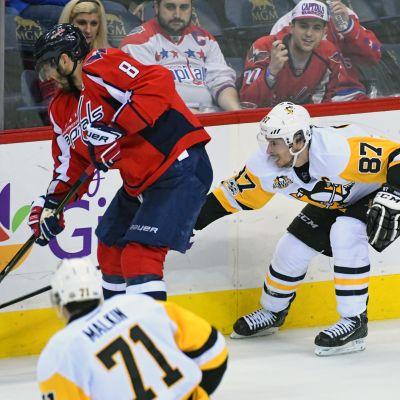 Pittsburghin Sidney Crosby ja Washingtonin Alexander Ovetshkin vääntävät kulmassa.