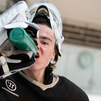 Justus Annunen juo vettä juomapullosta.