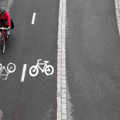Polkupyöräilijä pyörätiellä.