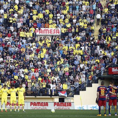 Barcelona och Villareal inledde matchen med att hedra offren i bussolyckan i Tarragona-provinsen.