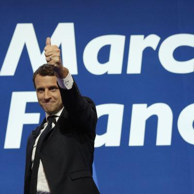 Emmanuel Macron firar sin seger i första omgången av presidentvalet i Paris 23.4.2017