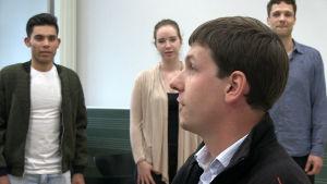 Jonathan Hoffman leder en körövning för flyktingar och tyska ungdomar.