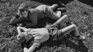 Pertsa ja Kilu makoilevat nurmella.