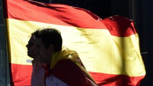 Demonstranter protesterar mot ett självständigt Katalonien.