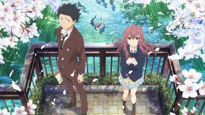 Lukioikäiset tyttö ja poika seisovat ulkona, tasanteella suihkulähteen edessä. Pojalla on ruskea puku, tytöllä koulupuku ja lyhyt hame.