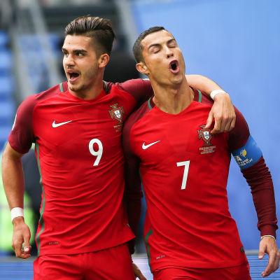 Andre Silva och Cristiano Ronaldo firar ett mål.