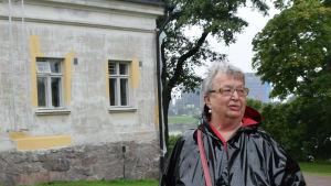 Författaren Ann-Mari Lindberg visar fönstret till det rum hon bodde i under sin tid på Lappvikens sjukhus.