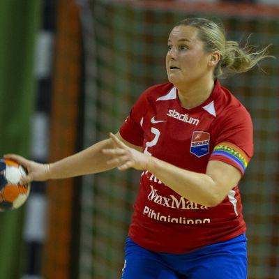 Anna Lindahl håller i bollen med en hand.
