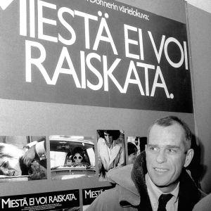 """Jörn Donner framför en plasch för filmen """"Män kan inte våldtas"""" på biografen Adams år 1978."""