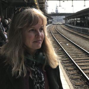 Susanna Elfors på en tågperrong.