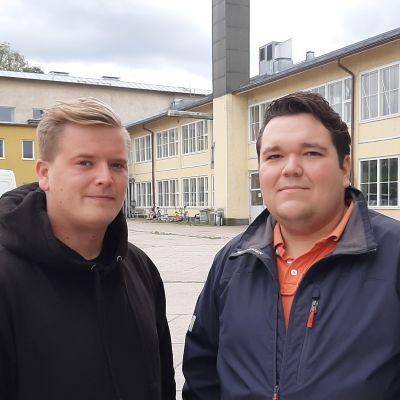 Två killar framför renoveringsobjekt