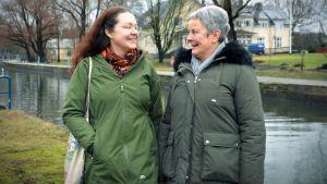 Johanna hoyer och Gudrun Degerth vid sundet i Pargas centrum.