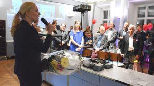Sandra Bergqvist talar till publiken i SFP:s valvakalokal i restaurang Bassi i Åbo.