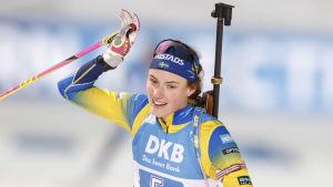 Hanna Öberg höjer armen uppåt.