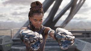 Närbild på Shuri (Letitia Wright) när hon slåss.