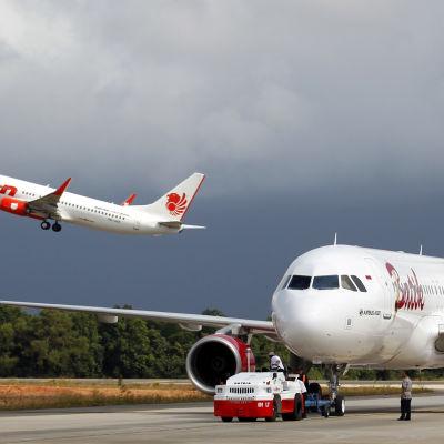 Det indonesiska flygbolaget Lion Airs plan lyfter i Batam, Riau i Indonesien den 21 november 2014.