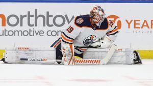 Målvakten Mikko Koskinen värmer upp inför en NHL-match.
