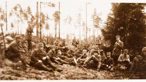 Valkoisia sotilaita tauolla metsärinteessä 28.4.1918.