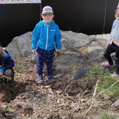 Kuvassa lapsia päiväkodin pihalla