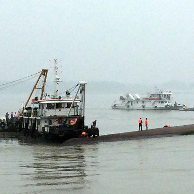 Ett kryssningsfartyg med över 450 människor ombord sjönk i Yangtze-floden i mellersta Kina den 2 juni 2015.