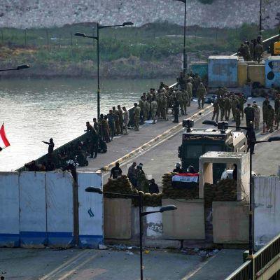 Sotilaat vartioivat siltaa.