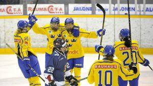 Sverige firar ett mål i Raumo.