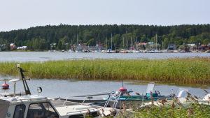 Skeppsbron och småbåtshamnen i Lovisa sett från Märlax.
